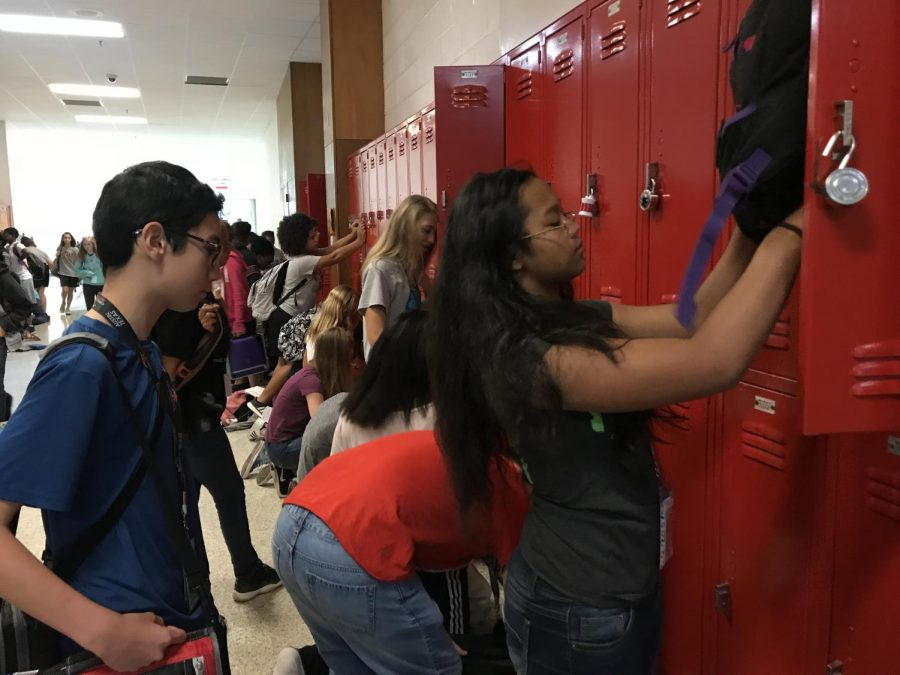 Students+gather+at+lockers+during+passing+period.